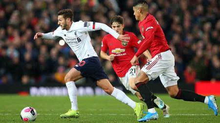 Daniel James dan Marcos Rojo berusaha mengejar Adam Lallana pada laga di Old Trafford, Kamis (20/10/19) Alex Livesey/Getty Images) - INDOSPORT
