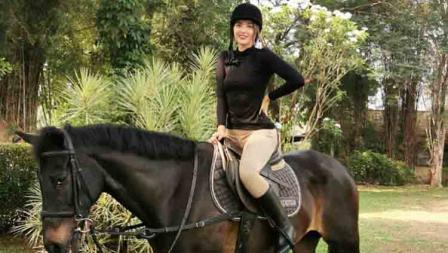 Nia Ramadhani Bakrie saat menunggani kuda
