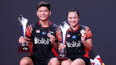 Ganda campuran Indonesia, Praveen Jordan/Melati Daeva, berfoto dengan legenda bulu tangkis Denmark, Joachim Fischer Nielsen usai menjuarai Denmark Open 2019. - INDOSPORT