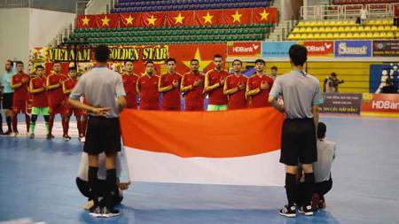 Skuat Timnas Futsal Indonesia saat menyanyikan lagu kebangsaan Indonesia Raya - INDOSPORT