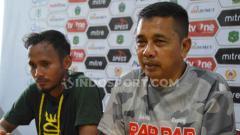 Indosport - Pelatih PSMS Medan, Jafri Sastra (kanan), didampingi pemainnya, Eli Nasoka (kiri), dalam temu pers usai pertandingan lawan Aceh BaBel United, Senin (21/10/2019).