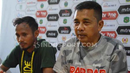 Pelatih PSMS Medan, Jafri Sastra (kanan), didampingi pemainnya, Eli Nasoka (kiri), dalam temu pers usai pertandingan lawan Aceh BaBel United, Senin (21/10/2019). - INDOSPORT