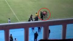 Indosport - Bek PSIM Achmad Hisyam Tolle menendang pemain Persis Solo M Sulthon Fajar.