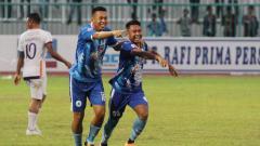 Indosport - Pemain PSCS Cilacap, Tinton Suharto dan Gustur Cahyo berselebrasi usai timnya mencetak gol ke gawang PSGC Ciamis di Stadion Wijayakusuma, Senin (21/10/19).