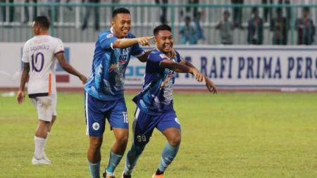 Pemain PSCS Cilacap, Tinton Suharto dan Gustur Cahyo berselebrasi usai timnya mencetak gol ke gawang PSGC Ciamis di Stadion Wijayakusuma, Senin (21/10/19). - INDOSPORT