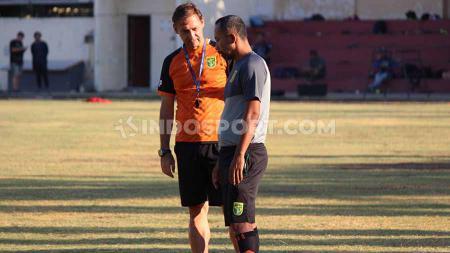 Pelatih kepala Wolfgang Pikal akan mendampingi Persebaya Surabaya saat melawan Persela Lamongan dalam duel Shopee Liga 1 2019. - INDOSPORT