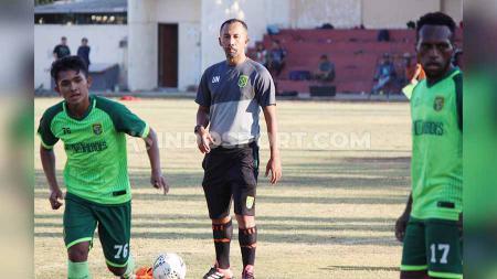 Wolfgang Pikal di dampingi Uston Nawawi saat melatih pemain Persebaya di Lapangan Polda Jatim. - INDOSPORT