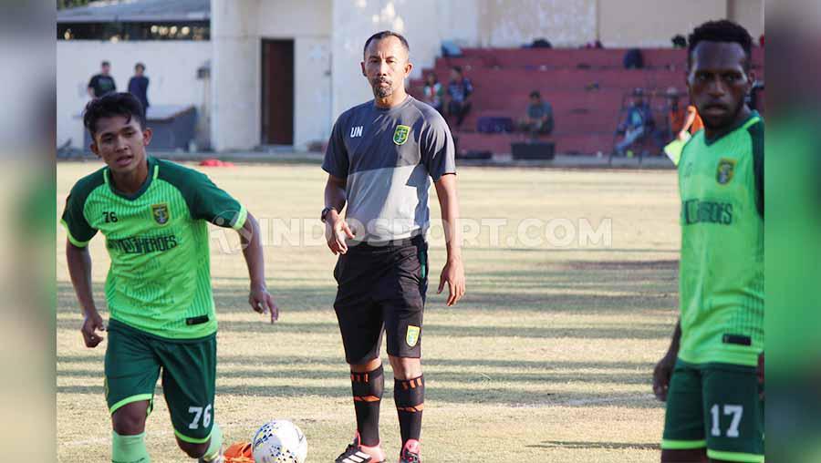 Wolfgang Pikal di dampingi Uston Nawawi saat melatih pemain Persebaya di Lapangan Polda Jatim. Copyright: Fitra Herdian/INDOSPORT