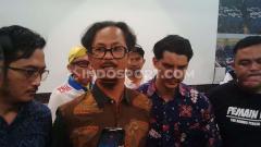 Indosport - Ketua umum Viking Persib Club (VPC), Herru Joko (kedua dari kiri) saat ditemui di Graha Persib, Jalan Sulanjana, Kota Bandung, Selasa (22/10/2019).