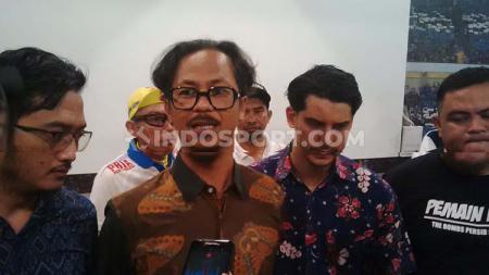 Ketua umum Viking Persib Club (VPC), Herru Joko (kedua dari kiri) saat ditemui di Graha Persib, Jalan Sulanjana, Kota Bandung, Selasa (22/10/2019). - INDOSPORT