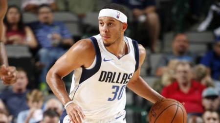 Seth Curry berhasil mencetak 30 poin dan membawa Dallas Mavericks menang 122-111 atas Detroit Pistons dalam laga yang digelar di Mexico City, Jumat (13/12/19) pagi WIB. - INDOSPORT