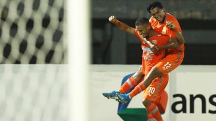 Renan Silva berselebrasi usai mencetak gol ke gawang Kalteng Putra. Copyright: Twitter.com/pusamaniaborneo