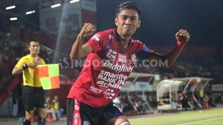 Selebrasi kapten Bali United, Fadil Sausu usai mencetak gol ke gawang Perseru Badak Lampung FC dalam lanjutan Shopee Liga 1 2019 di Stadion Kapten I Wayan Dipta, Gianyar, Selasa (22/10/19). Foto : Nofik Lukman Hakim - INDOSPORT
