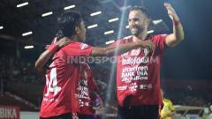 Indosport - Selebrasi Fadil Sausu bersama Ilija Spasojevic usai mencetak gol ke gawang Perseru Badak Lampung FC dalam lanjutan Shopee Liga 1 2019 di Stadion Kapten I Wayan Dipta, Gianyar, Selasa (22/10/19). Foto: Nofik Lukman Hakim