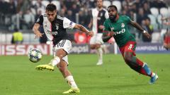 Indosport - Paulo Dybala (kiri) dibayangi Brian Idowu (kanan) saat menendang bola pada laga Juventus vs Lokomotiv Moskow di Liga Champions 2019/2020, Rabu (23/10/19).