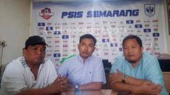 Indosport - Ketua Panpel PSIS, Danur Rispriyanto (tengah) saat jumpa pers bersama wakil ketua panpel Pujianto (kiri) dan General Manager PSIS Wahyu Winarto (kanan).