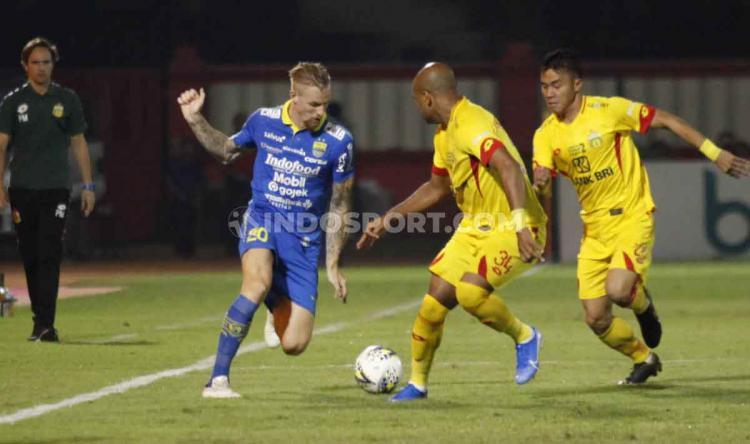 Kevin van Kippersluis berusaha melewati dua pemain Bhayangkara FC sekaligus. Copyright: Herry Ibrahim/INDOSPORT