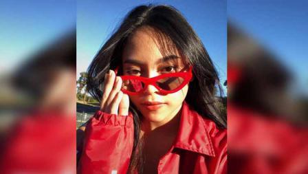Sakina Tama tengah menggunakan style merah