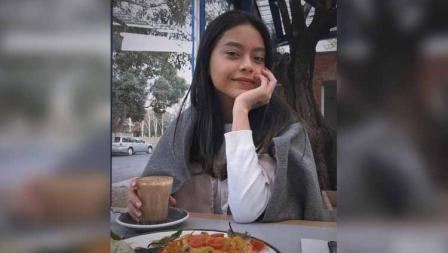 Sakina Tama siap menikmati makanan di meja yang sudah disiapkan