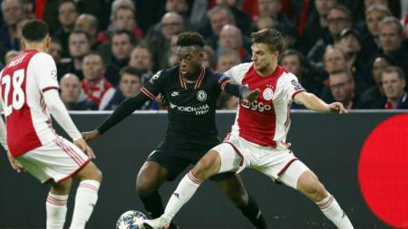 Ajax Amsterdam memprotes hukuman yang diberikan UEFA saat mereka harus memainkan laga Liga Champions di markas Chelsea tanpa dukungan suporter. - INDOSPORT