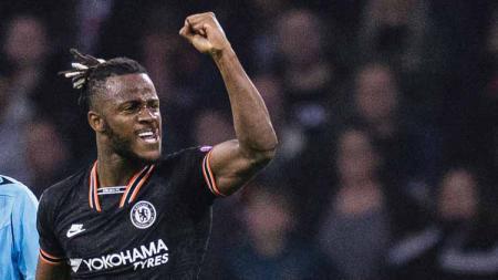 Michy Batshuayi melakukan aksi iseng terhadap kiper Chelsea, Kepa Arrizabalaga. Eurasia Sport Images/Getty Images. - INDOSPORT