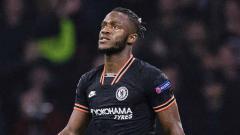 Indosport - Michy Batshuayi saat Chelsea berhadapan dengan Ajax di Amsterdam Arena pada ajang Liga Champions.