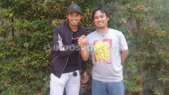 Indosport - Bek PSIM Yogyakarta, Achmad Hisyam Tolle dan jurnalis olahraga, Budi Cahyono menggelar pertemuan dengan awak media di Kopi TM, Sleman, Kamis (24/10/19).