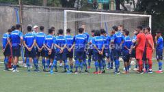 Indosport - Pemain Persib Bandung mendapatkan pengarahan dari Robert Rene Alberts menjelang laga Liga 1 2019 di Lapangan Lodaya, Kota Bandung, Jumat (25/10/19).