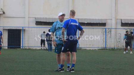 Pelatih Persib Bandung, Robert Rene Alberts berbincang dengan Kevin van Kippersluis di Lapangan Lodaya, Kota Bandung, menjelang laga Liga 1, Jumat (25/10/19). - INDOSPORT