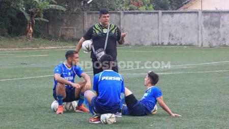 Dokter tim Persib Bandung, Rafi Ghani berbincang dengan pemain Persib di Lapangan Lodaya, Kota Bandung, Jumat (25/10/19). - INDOSPORT