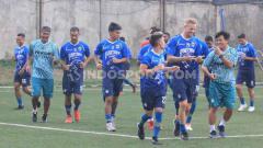 Indosport - Persib Bandung berlatih di Lapangan Lodaya, Kota Bandung, Jumat (25/10/2019).