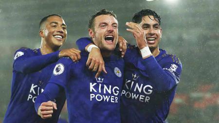 Penyerang Leicester City, Jamie Vardy (tengah), sukses menyamai rekor Ole Gunnar Solskjaer usai membawa timnya mengalahkan Arsenal, Sabtu (09/11/19). - INDOSPORT
