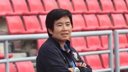 Mantan pelatih Timnas wanita Thailand, Nuengrutai Srathongvian. - INDOSPORT