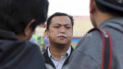 Sekretaris Persebaya, Ram Surahman, saat ikut melihat latihan tim menjelang laga Liga 1 2019 di Stadion Gelora Delta, Sidoarjo pada Jumat (25/10/19).