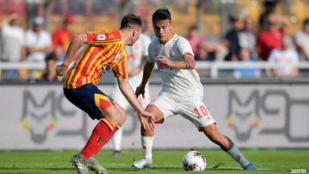 Paulo Dybala, penyerang Juventus, coba melewati hadangan pemain belakang Lecce. - INDOSPORT