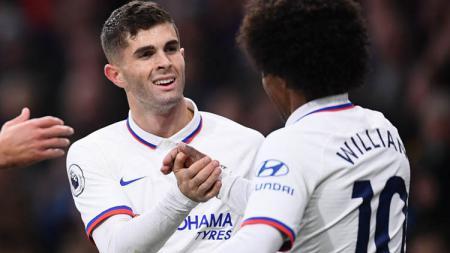 Pemain Chelsea, Christian Pulisic (kiri), punya trik khusus dirinya bisa tampil gemilang di Liga Inggris, termasuk mampu mencetak hat-trick saat lawan Burnley. - INDOSPORT