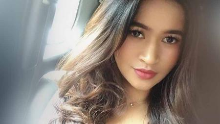 Pose seksi Putri Amelia Zahraman, Miss Sport Tourism yang diduga terlibat prostitusi online. - INDOSPORT