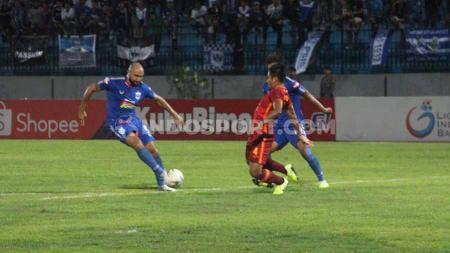 Aksi Claudir Marini Jr (kiri) saat PSIS melawan Borneo FC pada Liga 1 di Stadion Moch Soebroto, Magelang, Sabtu (26/10/19) malam. . - INDOSPORT