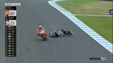 Momen Maverick Vinales terjatuh saat berduel dengan Marc Marquez di MotoGP Australia 2019. - INDOSPORT