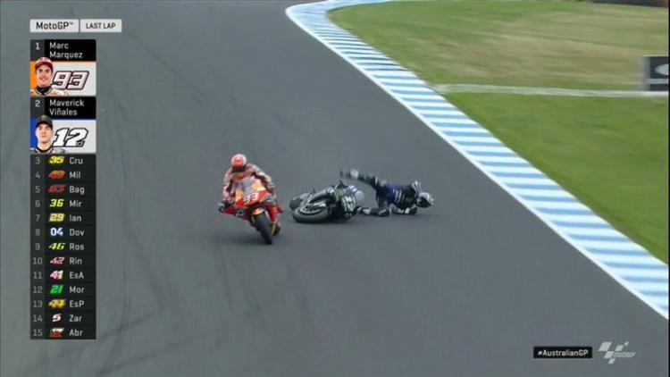 Momen Maverick Vinales terjatuh saat berduel dengan Marc Marquez Copyright: twitter.com/MotoGP