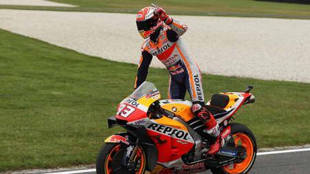 Pembalap MotoGP, Marc Marquez melakukan selebrasi usai menang di MotoGP Austalia 2019 di Sirkuit Phillip Island. - INDOSPORT