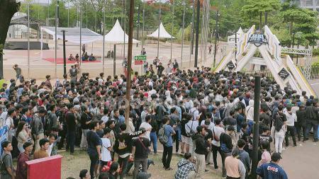 Ribuan fans tertahan di pintu masuk Tennis Indoor Senayan, guna menyaksikan babak final dan grand final Mobile Legends Profesional League (MPL) Indonesia Season 4, Minggu (27/10/19). - INDOSPORT