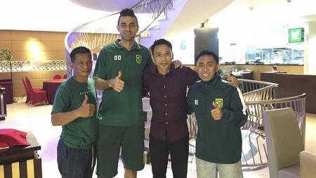 Satrio Syam (cokelat) mengunjungi Otavio Dutra dan Rendi Irawan di hotelnya saat Persebaya Surabaya bertandang ke kandang PSM Makassar. - INDOSPORT