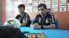Indosport - Eks Pelatih Semen Padang, Eduardo Almeida (kanan) dirumorkan sedang dikaitkan dengan Arema FC.