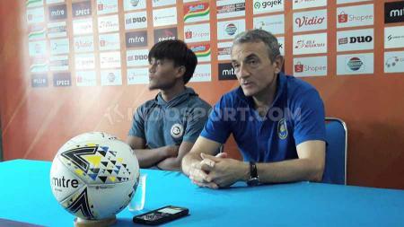 Preskon Pelatih Arema FC, Milomir Seslija dan pemain Hardianto. - INDOSPORT