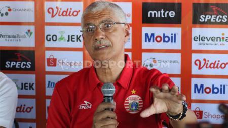 Pelatih Persija Jakarta, Edson Tavares, saat jumpa pers laga Liga 1 2019 di Bali United Cafe, Minggu (27/10/19) siang. - INDOSPORT
