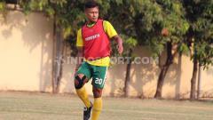 Indosport - Pemain Persebaya Surabaya, Osvaldo Haay saat latihan di Lapangan Polda Jatim, Minggu (27/10/19).
