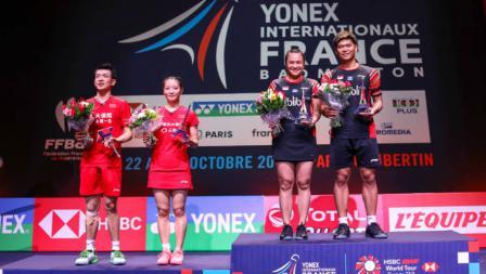 Ganda campuran Indonesia Praveen Jordan/Melati Daeva Oktavianti dan Zheng Siwei/Huang Yaqiong di panggung perayaan French Open 2019, Minggu (27/10/19).