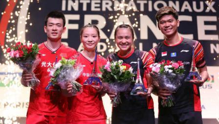 Usai pertandingan Praveen Jordan/Melati Daeva Oktavianti dan Zheng Siwei/Huang Yaqiong berfoto bersama, Minggu (27/10/19).