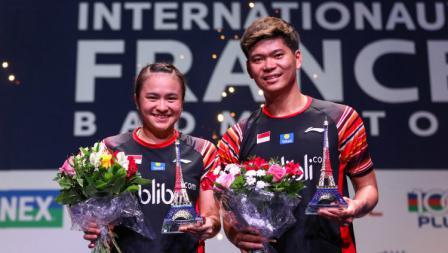 Ganda campuran Indonesia Praveen Jordan/Melati Daeva Oktavianti memamerkan hadiah French Open 2019.